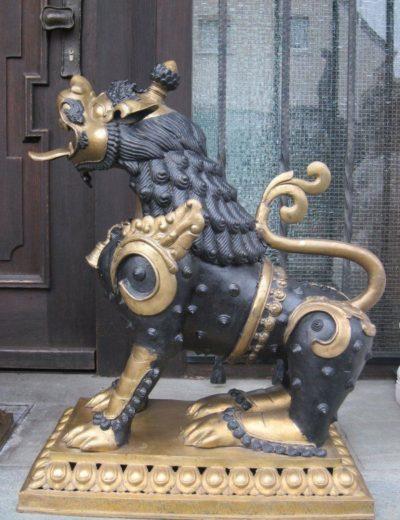 Löwen Tempelwächter aus Bronze – Nepal. Onlineshop: asian-garden.de