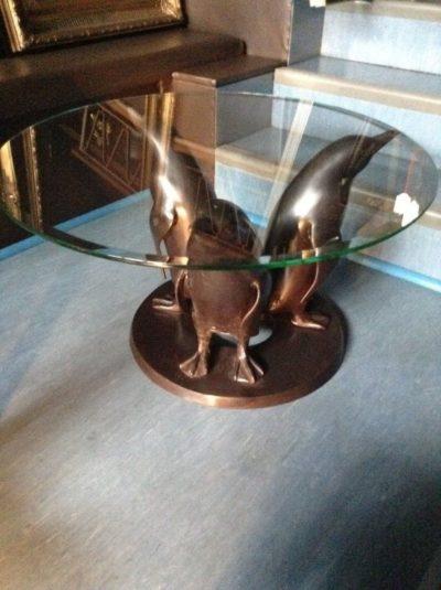 Pinguin Tisch aus Bronze mit Glasplatte
