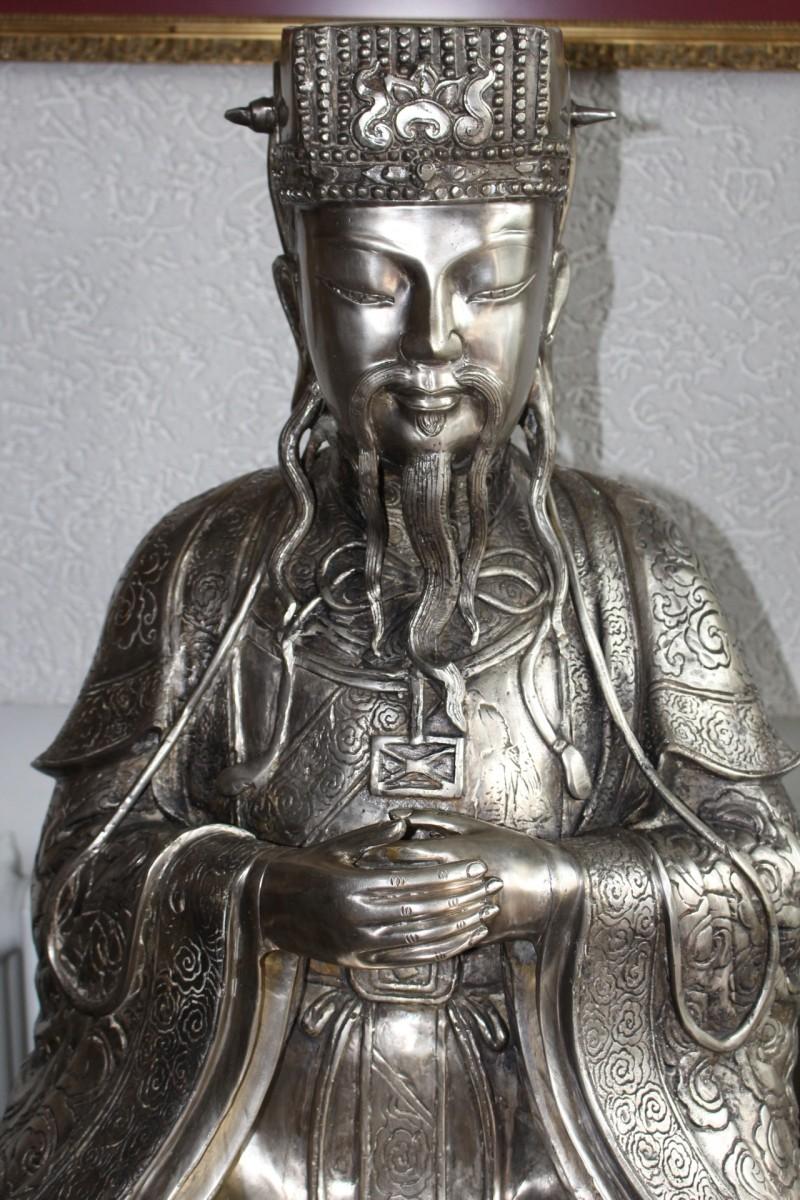 Chinesischer Kaiser aus Bronze, versilbert. Maße: 110 x 60 x 60 cm