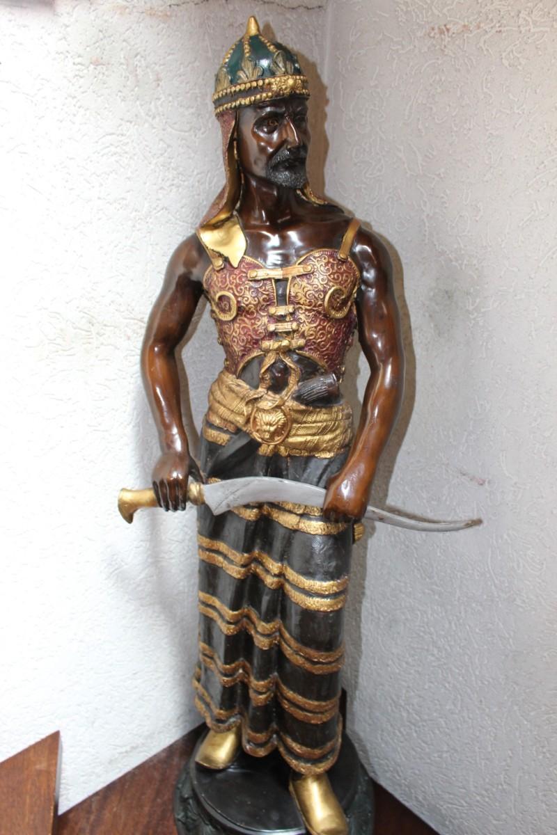 Krieger aus Bronze, Maße: 120 x 46 x 35 cm