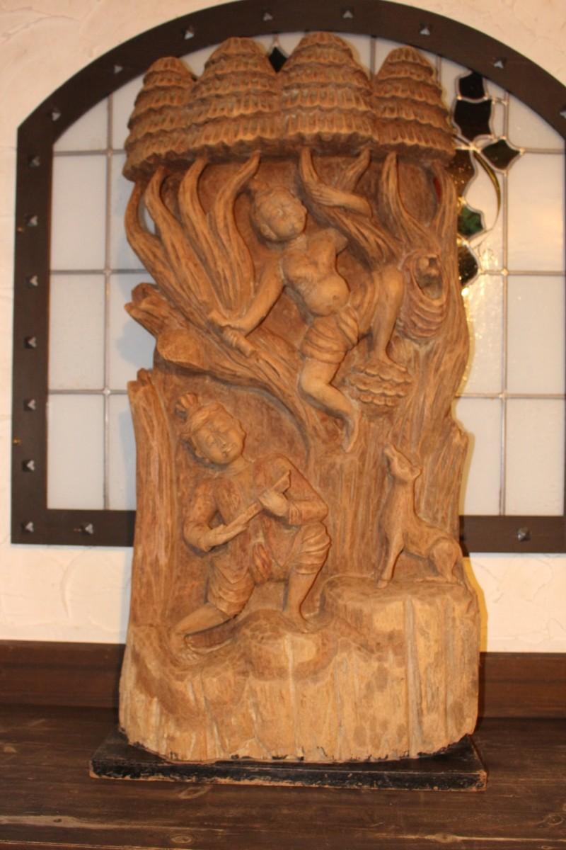 Holzrelief aus China, ca. 60 Jahre alt. Gefertigt aus Moorholz. Maße: 100 x 51 x 20 cm
