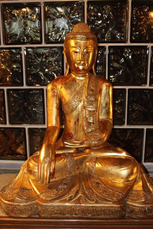 Thailändischer Buddha aus Holz, blattgold vergoldet, Maße: 110 x 80 x 55 cm