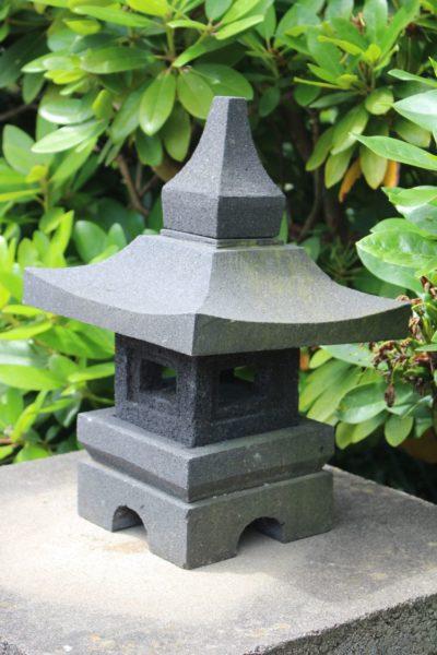 Chinesische Steinlaterne aus Lavastein. Größe: 40 x 25 x 25 cm