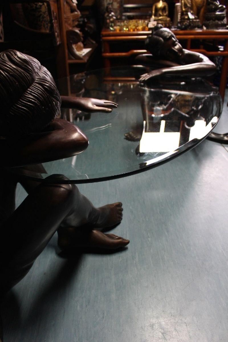 Bronze Tisch mit Frauenfiguren. Größe: 96 x 197 x 90 cm