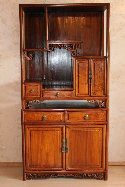 Stelagenschrank aus China, aus Rosenholz gefertigt. Antik (über 100 Jahre alt). Maße: 118 x 87 x 40 cm