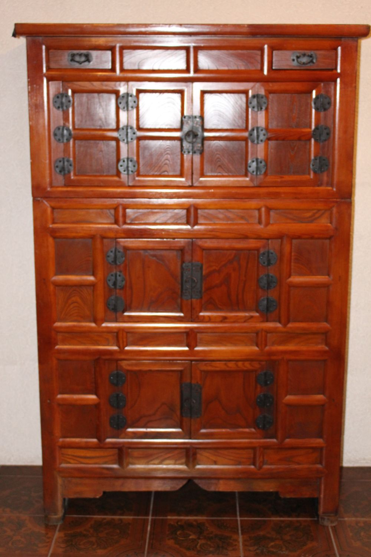 Koreanischer Kleiderschrank, ca. 80 Jahre alt. Maße: 171 x 110 x 50 cm