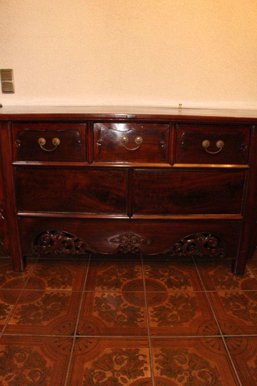 Chinesisches Sideboard, ca. 80 Jahre alt. Aus Ulmenholz gefertigt.