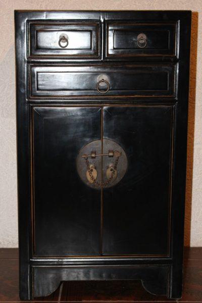 Chinesische Kommode, aus Ulmenholz gefertigt. Maße: 76,5 x 44 x 43,5 cm