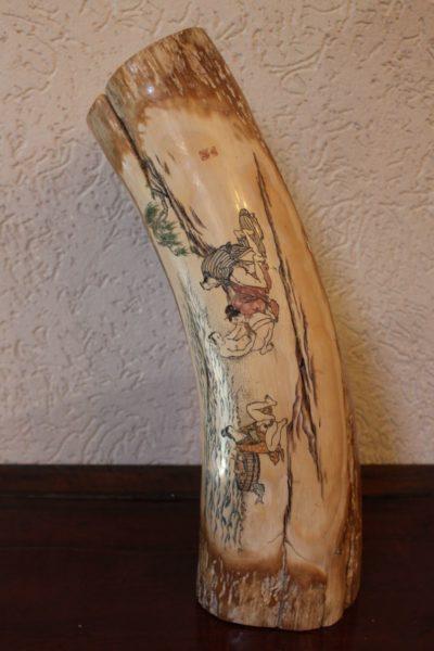 Mammutzahn bemalt aus China, ca. 12.000 Jahre alt. Maße:49 x 13 cm
