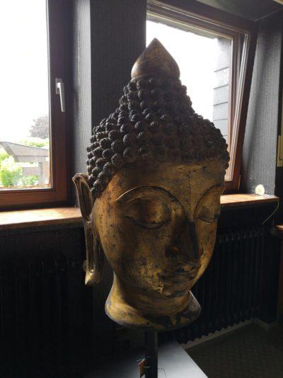 Vergoldeter Buddha Kopf auf Stativ, 125cm