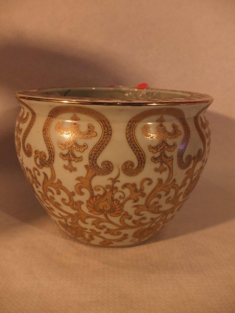 Weiß und gold verzierter Blumentopf, 27 cm Material: Porzellan Herkunft: China Maße: 27 cm Durchmesser, Höhe: 22 cm Gewicht: 4,4 kg