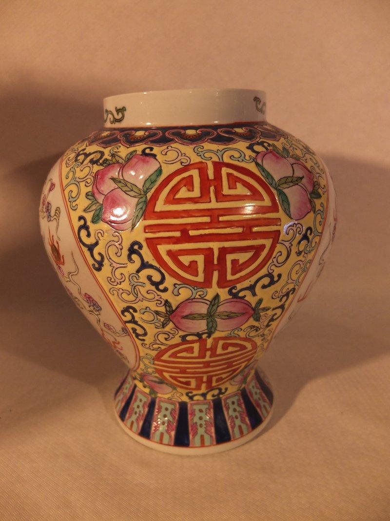 Chinesische Vase (rot-weiß), 28cm Material: Porzellan Herkunft: China Maße: 28 cm Durchmesser, Höhe: 23 cm Gewicht: 3,2 kg