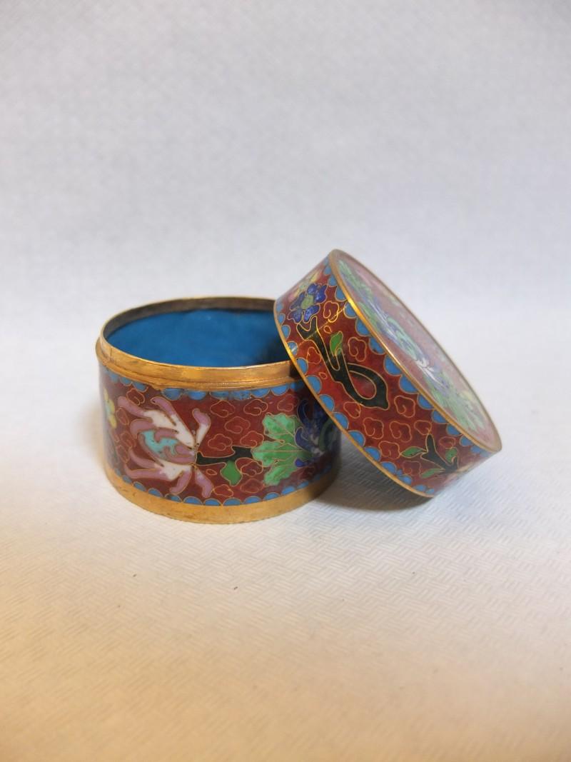 Pillendose mit Blumenmalerei Herkunft China, handbemalt.