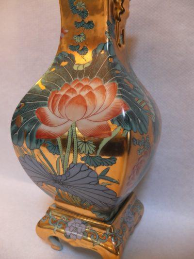 Große vergoldete Vase mit aufwendige Bemalungen Material: Bronze Herkunft: China Maße: 38 x 17 cm mit Sockel