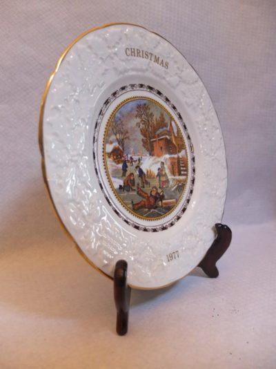 """Dekorativer Teller """"Christmas"""" Material: Porzellan Motiv: Weihnachten, Kinder beim Schlittschuhlaufen Durchmesser: 23 cm mit Stativ / Halterung"""