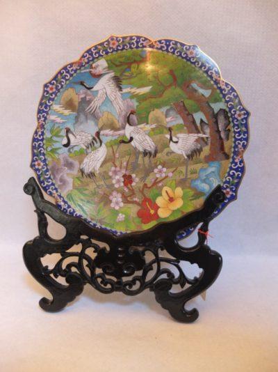 """Dekorativer Teller """"Fliegende Kraniche"""" Material: Porzellan Motiv: Kraniche unter Baum, Flugpause Durchmesser: 30 cm mit Stativ / Halterung"""