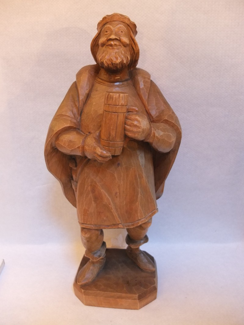 """Holz - Figur """"Mann mit Bierkrug"""" Material: Holz Motiv: Ritter mit Schwert mit Bierkrug Maße: 51 x 22 cm"""