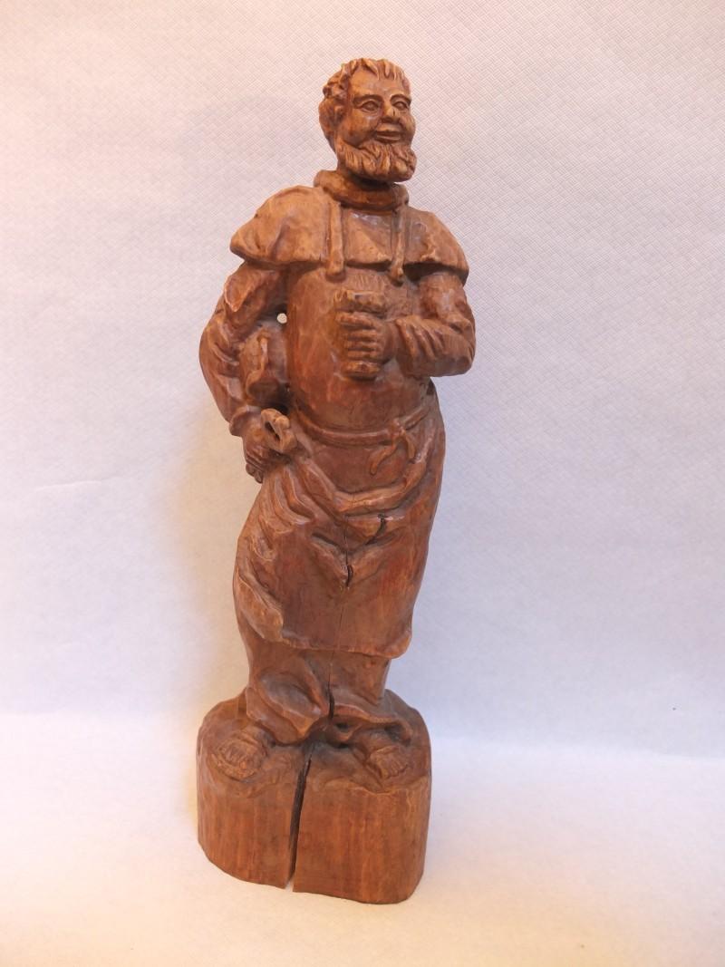 """Holz - Figur """"Geistlicher mit Weinglas"""" Material: Holz Motiv: Geistlicher mit Mütze unterm Arm und Weinglas in der Hand Maße: 42 x 12 cm"""