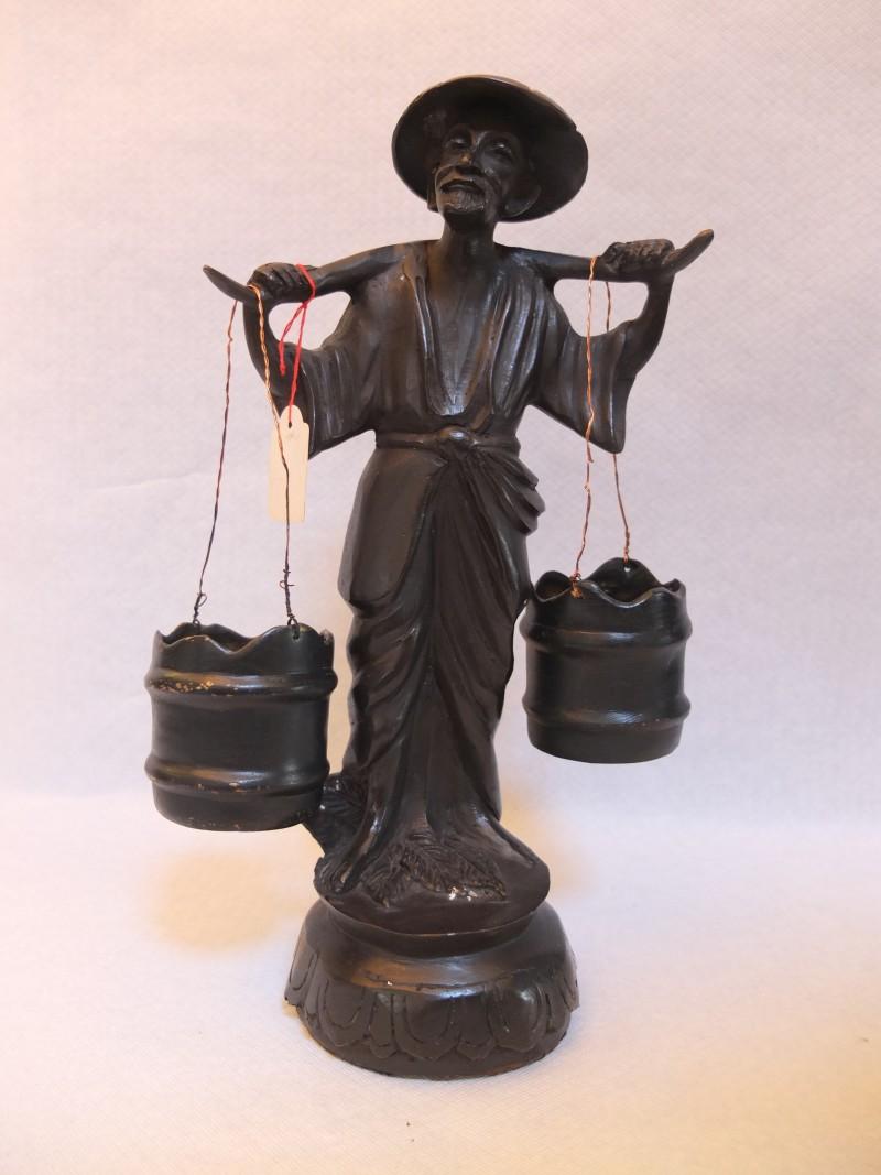 """Bronze - Figur """"Wasserträger"""" Material: Bronze Motiv: Chinesischer Mann mit 2 Wasserbehältern auf der Schulter Maße: 32 x 8 cm"""