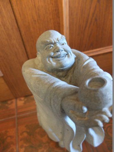 """Steinfigur """"Gott des langen Lebens"""" Material: Stein Motiv: Gott des langen Lebens / Figur mit ausgestreckten Armen mit einem Topf Wasser Maße: 51 x 19 cm"""