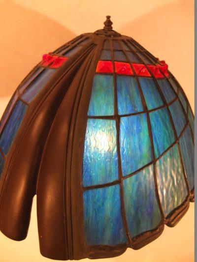 Tiffanylampe mit Bronzefigur Material: Glas/ Metall Motiv: Figur / Engel die Lampe hoch hält Maße: 66 x 43 cm Gewicht: 15 kg