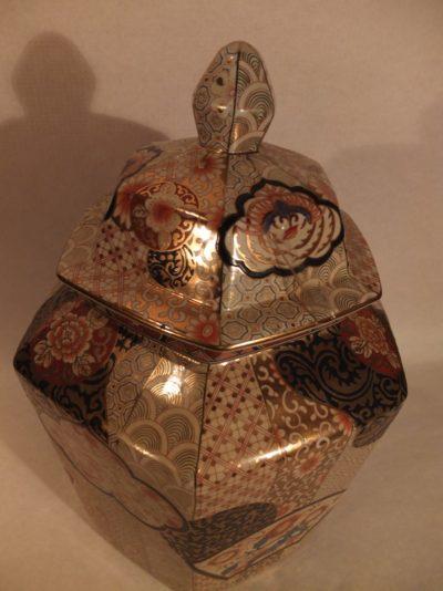 Deckelvase mit Blumenbemalung Material: Porzellan Herkunft: China Maße: 52 x 33 cm