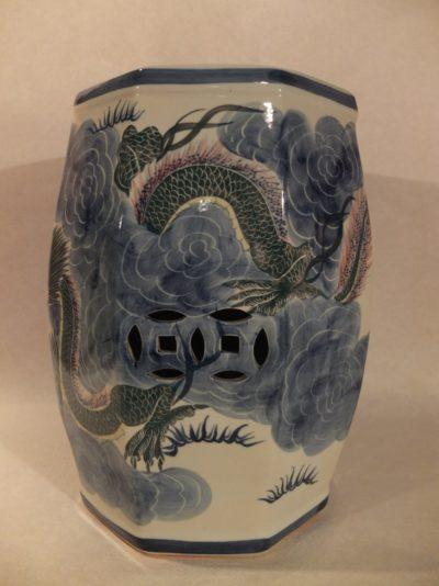 Chinesischer Hocker mit blauen Drachen bemalt