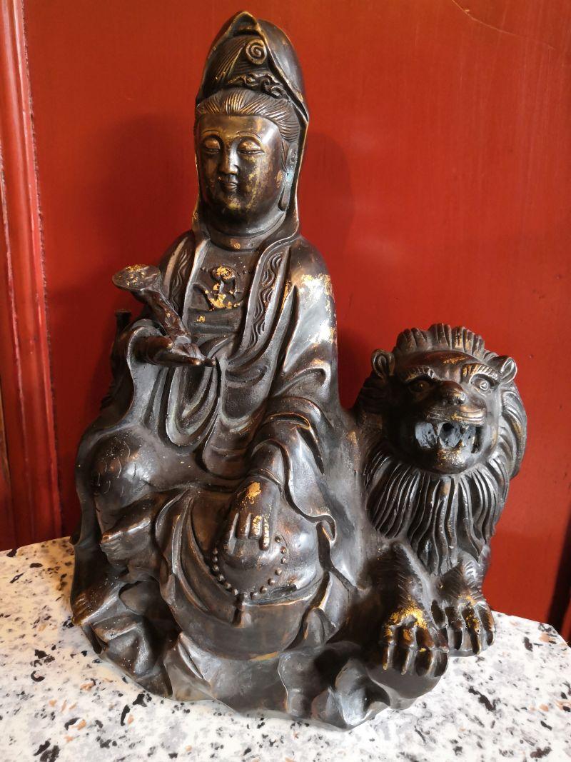 Sitzende Kuanin Figur mit Löwe, 27cm Material: Bronze Maße: 27cm x 22cm Gewicht: 10 kg