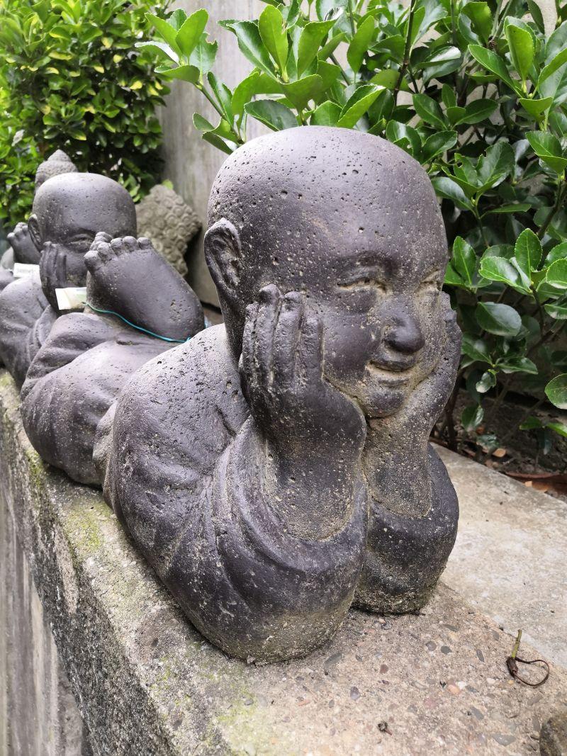 Liegender Mönch aus Stein Material: Stein Maße: 40 x 25 x 15 cm Gewicht: 12 kg 3 Stück vorhanden