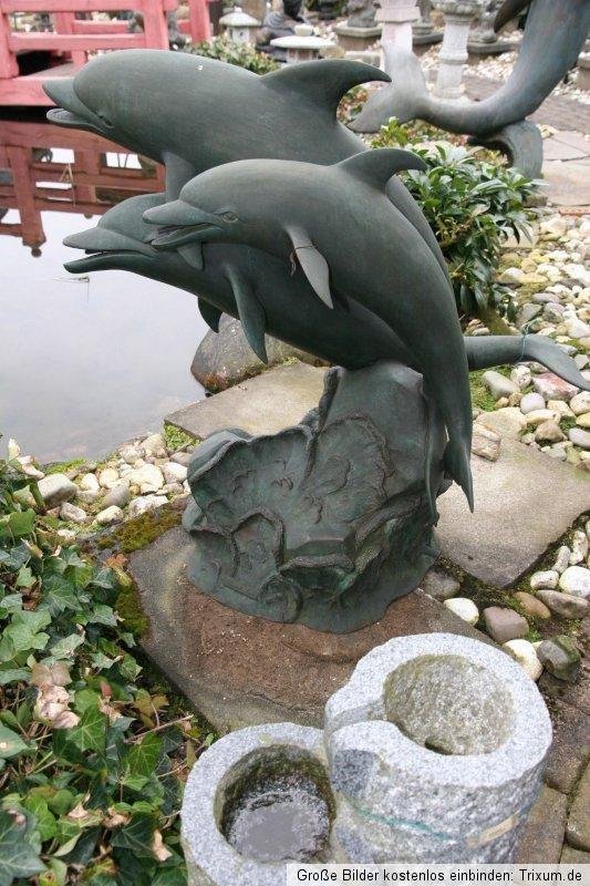 Delphin Brunnen / Wasserspeier / Springbrunnen aus Bronze. Maße: 100 x 95 x 50 cm