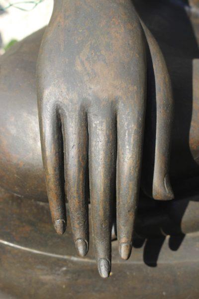 Detailansicht des Khmer Buddha. Hochwertige Figur aus dem Onlineshop von Asian Garden, www.asian-garden.de